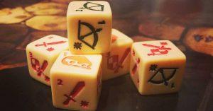 Bild: mehrere Würfel mit Symbolen