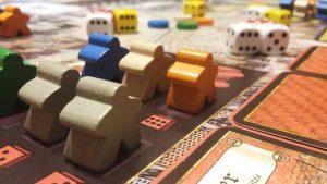 Bild: Spielfeldausschnitt mit Spielfiguren und Würfeln
