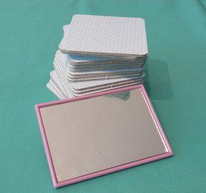 Bild: Stapel verdeckte Spielkarten und ein Handspiegel
