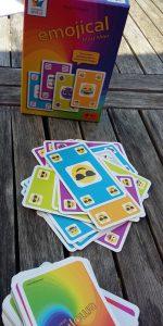 Bild: aufgedeckte Spielkarten mit Spielschachtel im Hintergrund