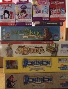 Bild: mehrere Spieleschachteln übereinander gestapelt