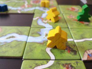 Bild: Spielplan aus Karten mit bunten Spielfiguren