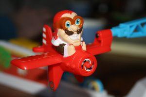Bild: Spielfigur Onkel Tukka im roten Flugzeug sitzend
