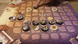 Bild: Spielfeld mit bunten Spielsteinen