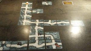 Bild: Spielfeld Gänge mit Kärtchen aufgebaut