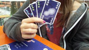 Bild: eine Frau zeigt Spielkarten