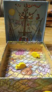 Bild: geöffnete Spielschachtel mit Spielfiguren