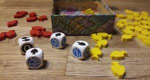 Bild: Spielmaterial, Holzfische und Würfel