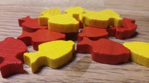 Bild: Holzfische in gelb und rot