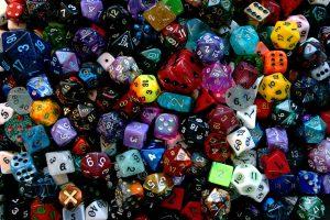 Bild: große Menge an bunten Würfeln mit Punkten oder Symbolen