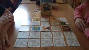 Bild: Spielkarten Memoadr, auf Tisch liegend
