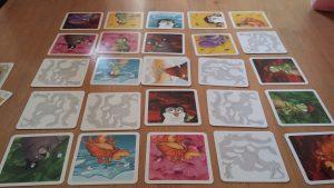 Bild: Spielkarten, zum Teil aufgedeckt, zum Teil verdeckt, nebeneinander liegend