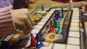 Bild: Spielmaterial mit Spielfeldern und Spielfiguren
