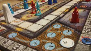 Bild: verschiendene Spielmaterialien auf Spielfeldern platziert