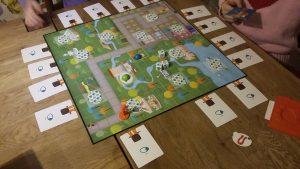 Bild: Spielfeld und Spielkarten
