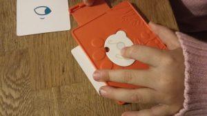 Bild: Kinderhand, die Decoder hält