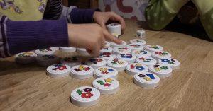 Bild: viele bunte Spielscheiben auf Tisch liegend