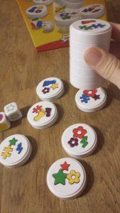 Bild: bunte Spielscheiben, zum Teil übereinander gestapelt