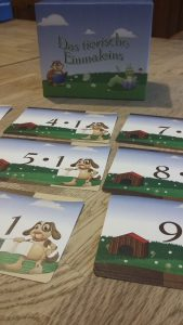 Bild: Spielkärtchen mit aufgedruckten Zahlen und Rechenaufgaben