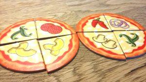 Bild: 2 Pizzen mit verschiedenen Zutaten