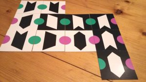 Bild: Spielkärtchen auf dem Tisch ausgelegt