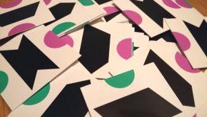 Bild: Spielkärtchen durcheinandere auf  Tisch liegend
