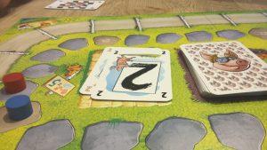 Bild: Spielfeld mit Karten und Spielsteinen