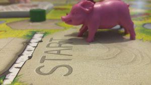 Bild: Spielfeld Startposition mit Schweinchenfigur