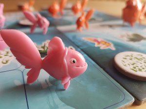 Bild: Plastikfischchen auf Spielfeld