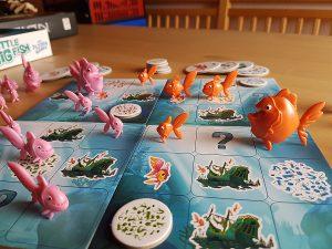 Bild: Spielfeld mit rosa und orangen Fischen
