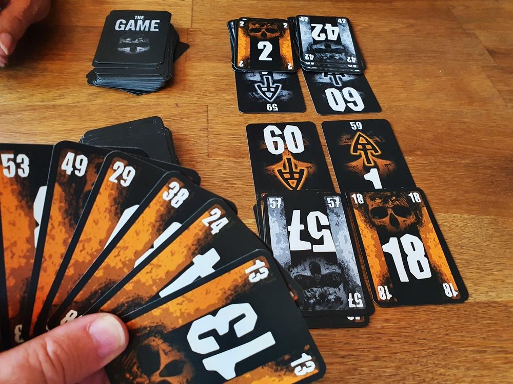 Spielsituation: Kartenhand und bestehende Auslage an eigenen und gegnerischen Karten