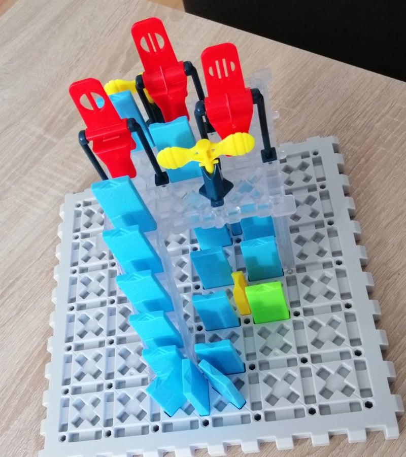 Dominosteine auf dem Spielbrett aufgebaut.