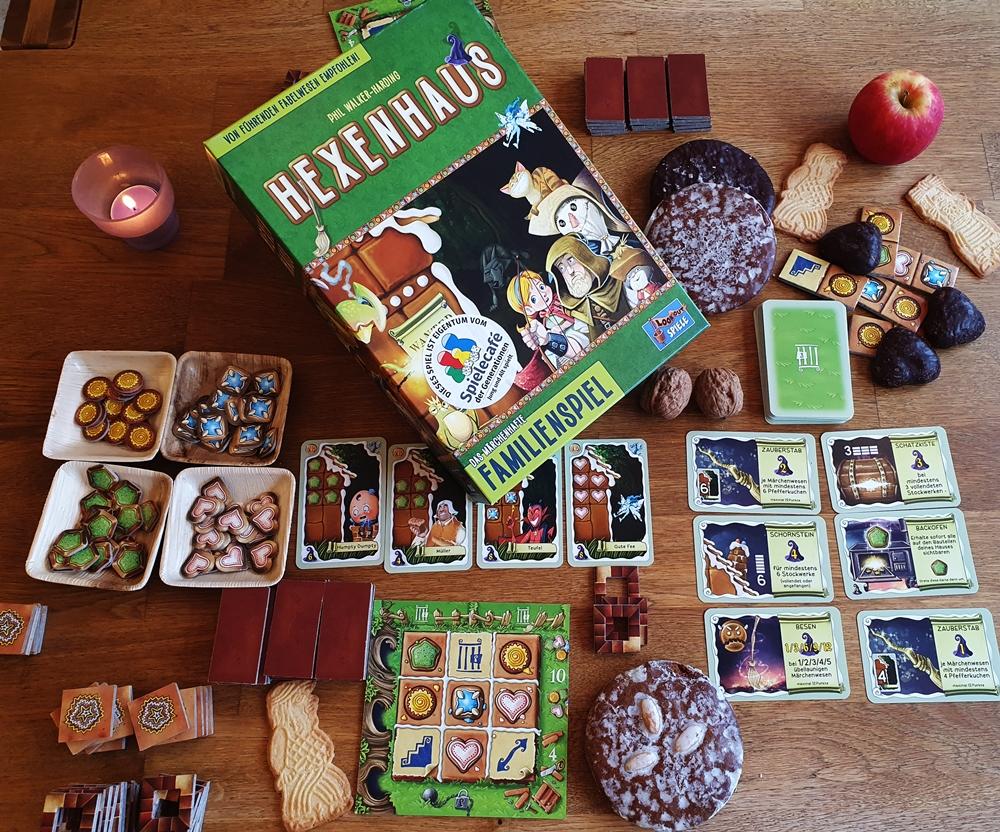 Karton und Spielmaterial, weihnachtliches Gebäck als Dekoration