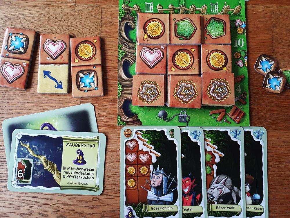 Spielsituation: der eigene Spielplan ist über mehrere Etagen belegt, Karten mit erworbenen Märchenwesen