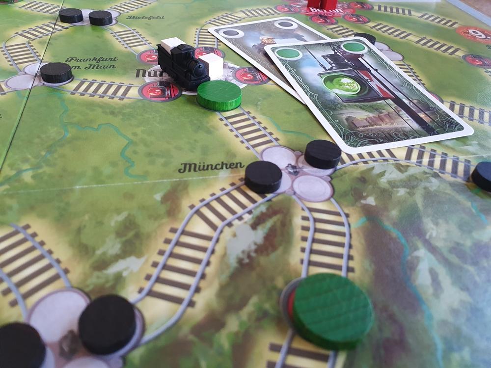 Spielsituation: Lok steht vor grünem Signal, Weichen ermöglichen Fahrt geradeaus