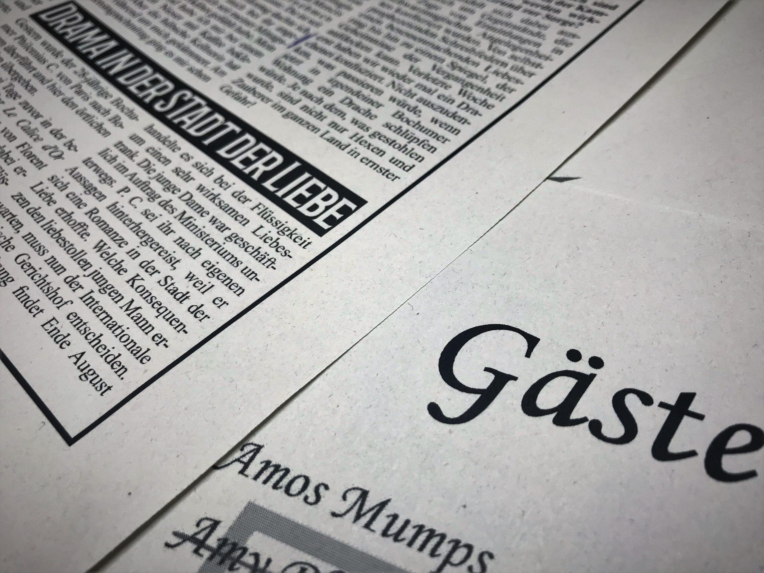 Zeitungsartikel und Gästeliste sind ebenfalls Teil des umfangreichen Materialpakets.