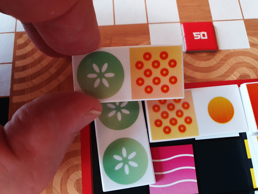Ein Spielstein, der mit beiden Abbildungen passt.