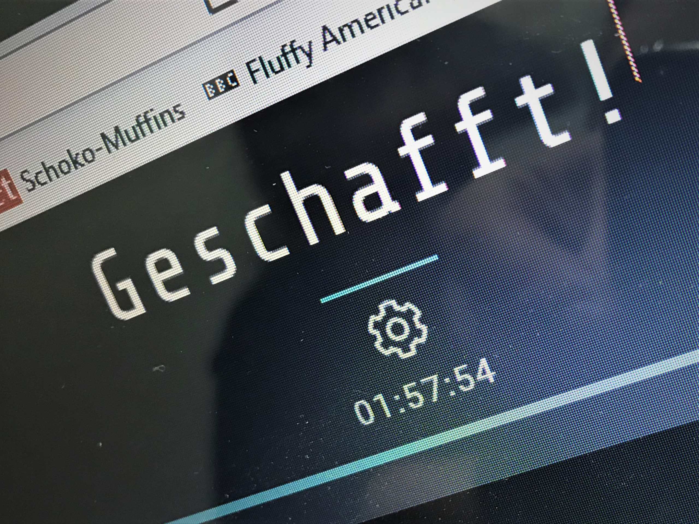 Blick auf den Bildschirm: Das Wort geschafft zeigt an, dass alle Rätsel gelöst wurden.