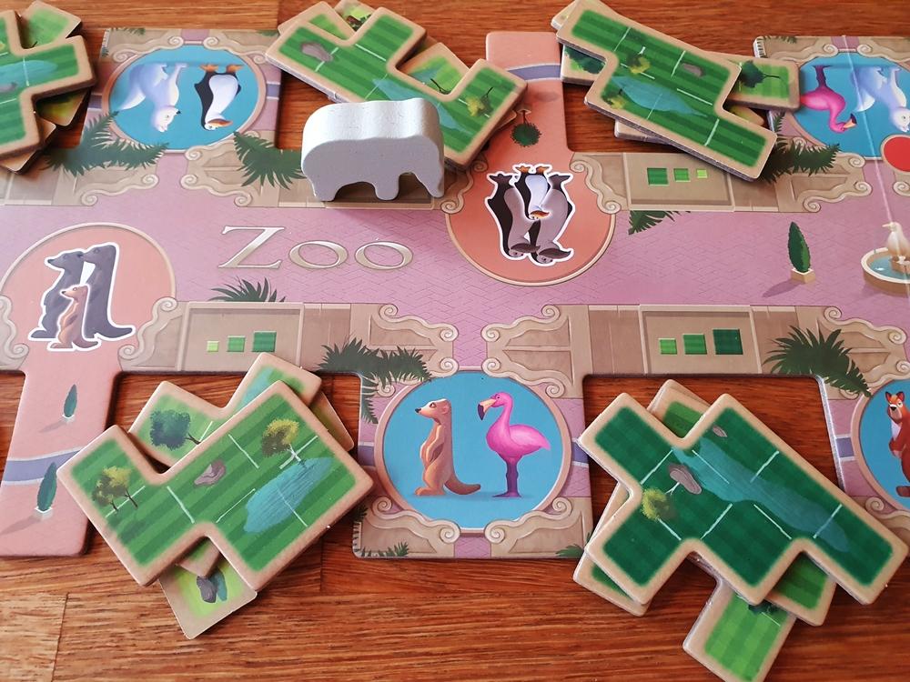 Zentrales Spielbrett mit Figur Elefant und Puzzleplättchen