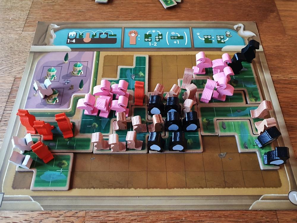 Spielbrett mit zahlreichen Tieren auf dem eigenen Spieltableau