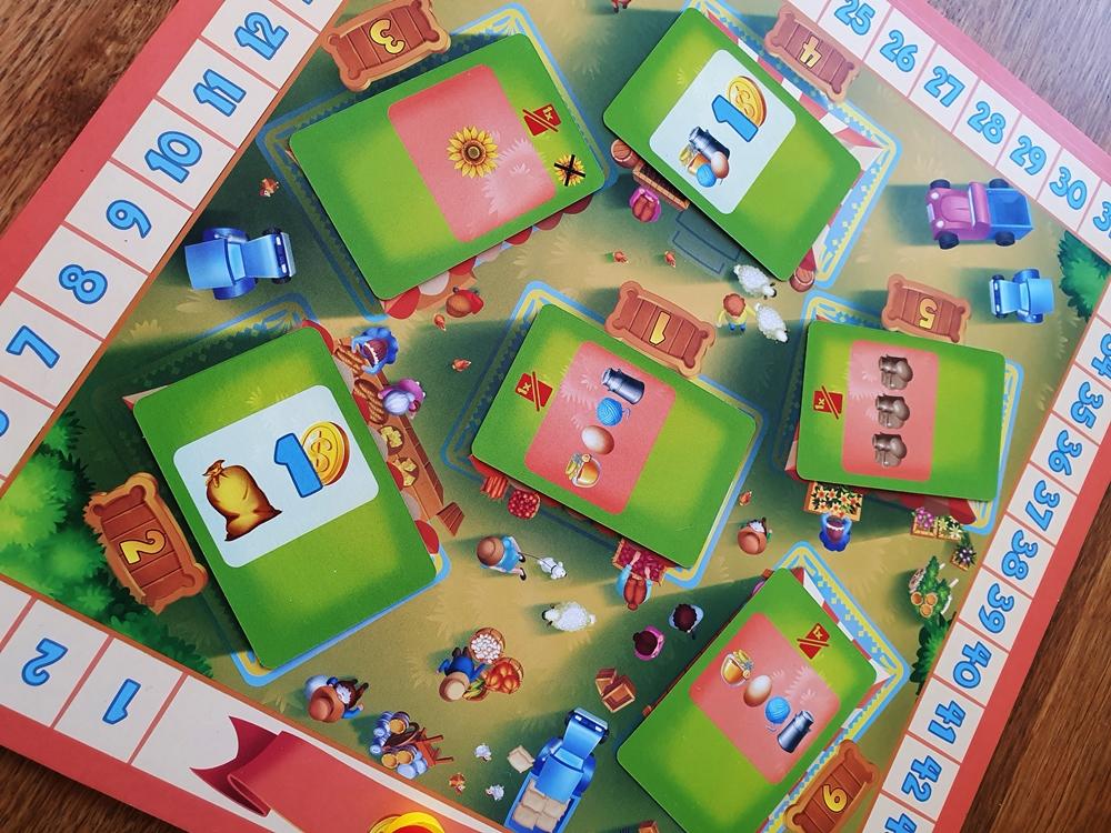 Zentraler Spielplan mit Kartenauslage