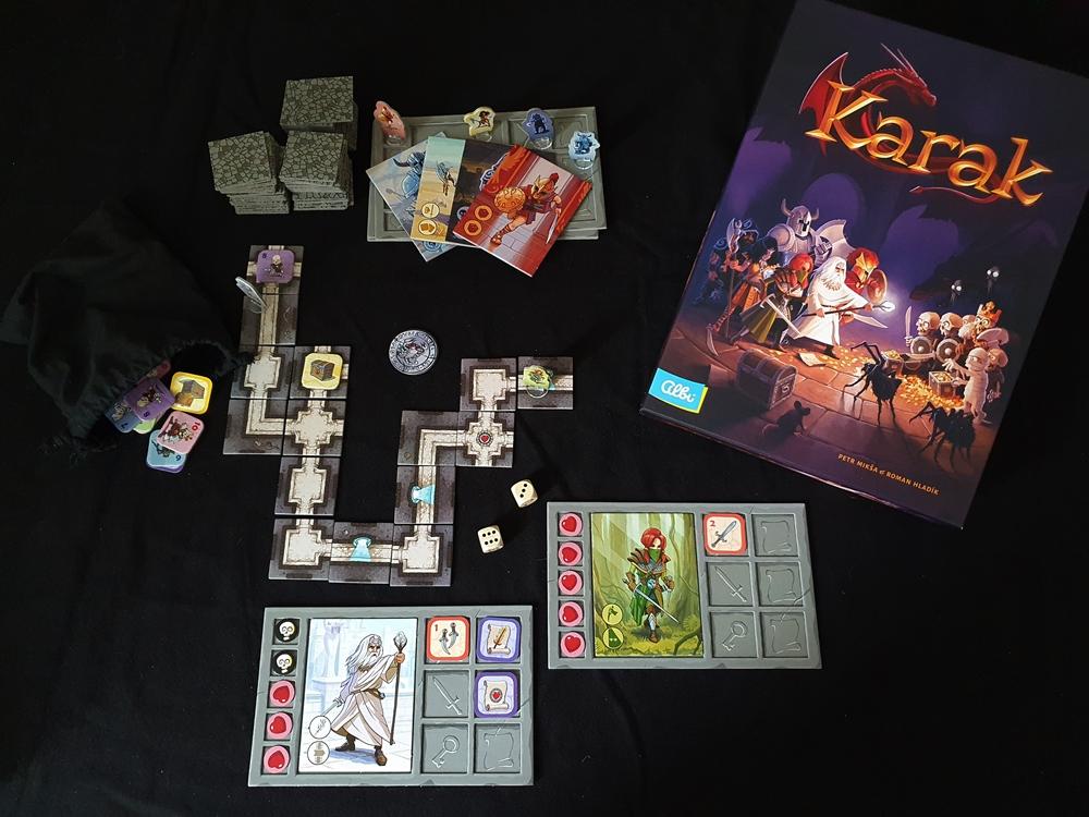 Spielkarton und teilweise aufgebauter Inhalt