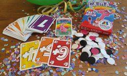 Karton und Inhalt: ein Stapel Karten, Chips in weiss, schwarz und rosa