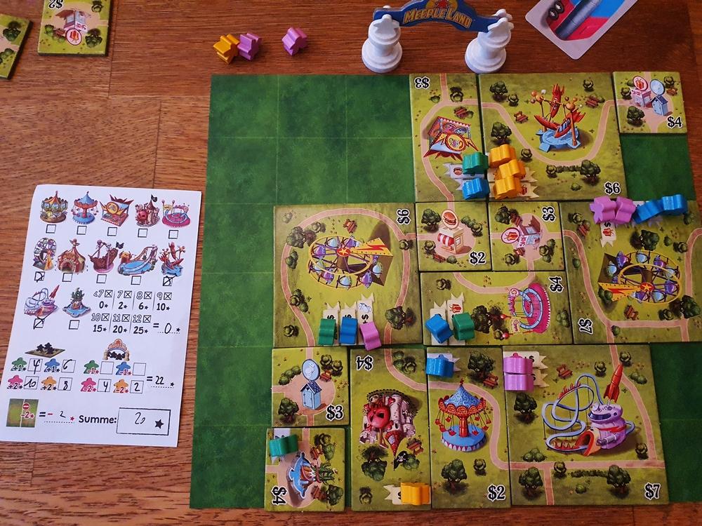 Spielsituation am Ende, bebauter Spielplan und Wertungsblock