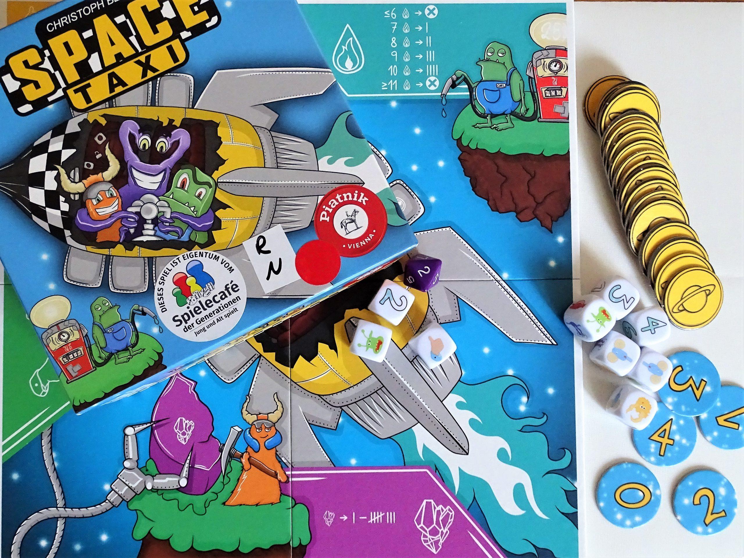 Ein Blick von oben auf das bunte Spielmaterial: 10 Würfel, ein Spielbrett und zwei Sorten Marker