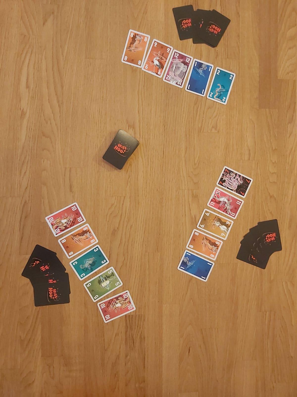 Der Spielaufbau von Hula Hoo! für drei Spieler:innen.