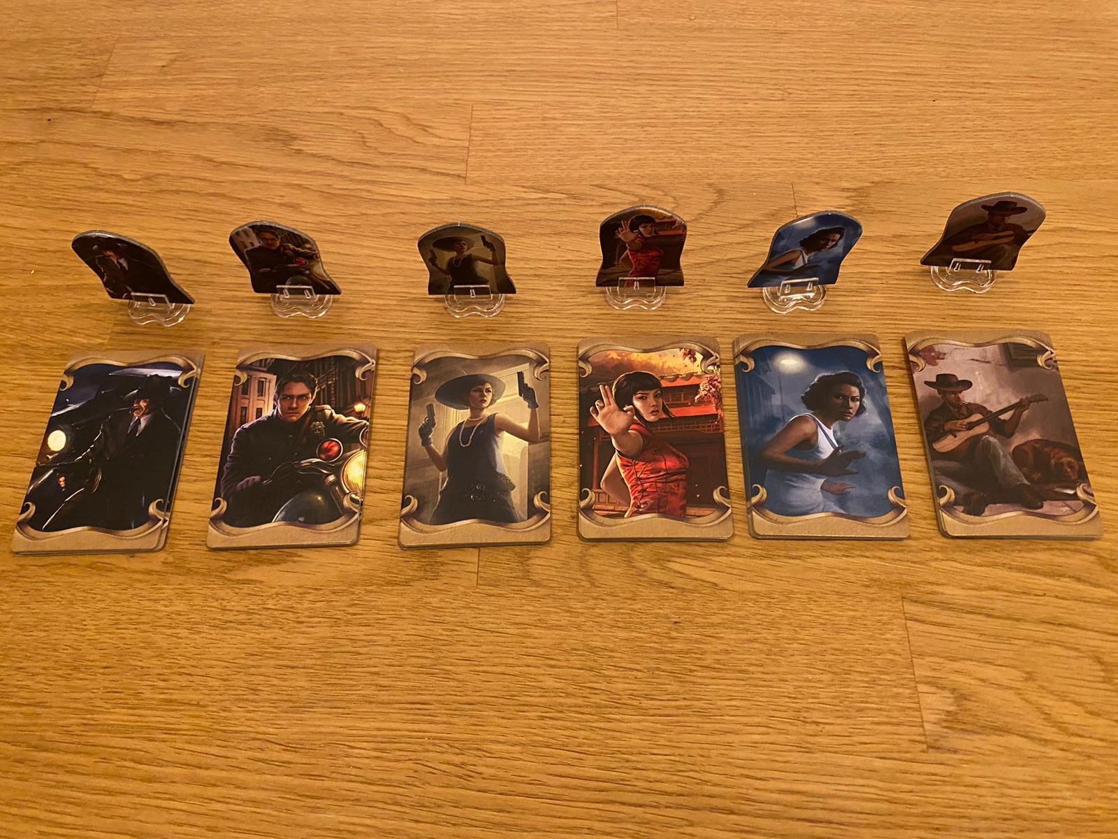 Zu sehen sind die 6 Charakteren mit ihren jeweils individuellen Kartendecks.