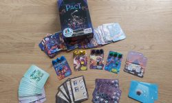 """Zu sehen ist die Spieleverpackung von """"Pact"""" sowie das gesamte Spielmaterial."""