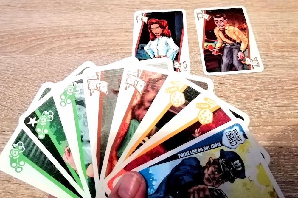 Der:die Mitspieler:in schiebt 2 braune Karten dem:der Gegner:in zu. Da diese:r 2 braune Karten auf der Hand hat, muss er/sie diese abgeben. Alternativ kann man 1 braune und den Polizisten abgeben.
