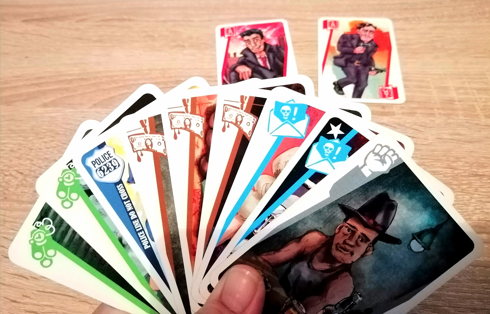 Der/die Mitspielerin schiebt dem/der Gegner:in 2 rote Karten zu. Da de/die Gegner:in keine rote Karten auf der Hand hat, das er/sie die 2 roten Karten behalten.
